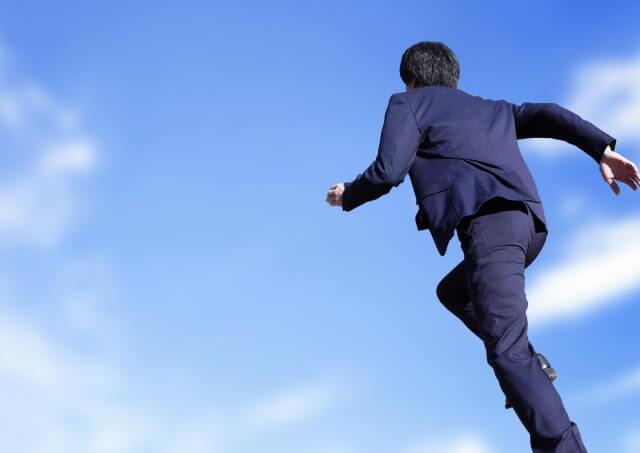 走る男性 空